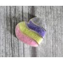 Egy laza szivárvány csillogása egy szív alakú edén