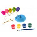 Kunststoff-Ei mit einem Muster mit Farben zu malen