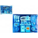 Minikeuken met blauwe modeaccessoires op ba