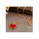 Collier de couleur or avec un pendentif coeur roug