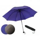 Paraguas de mujer doblado en lunares.