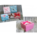 Großhandel Geschenkartikel & Papeterie: Quadratische Geschenkbox mit Herzbogen 8.5