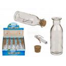 Szklana butelka z korkiem i rolkami papieru