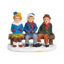 Bambini in miniatura su panca in poli multicolore