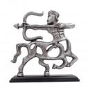 Sagitario - una figura decorativa de metal sobre m