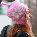 Großhandel Kopfbedeckung: Rosa Schneeflocken Winter Strickmütze mit Bommel