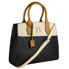 Un sac à main volumineux pour le tronc féminin de