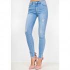 Blauwe jeans met gescheurde broekspijp