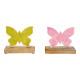 Una farfalla in metallo su legno di mango